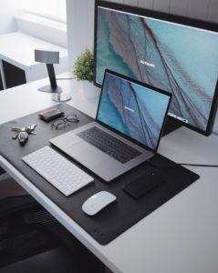 Ноутбук, компьютер, очки, смартфон на столе