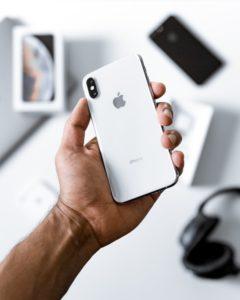 Белый Iphone в руке